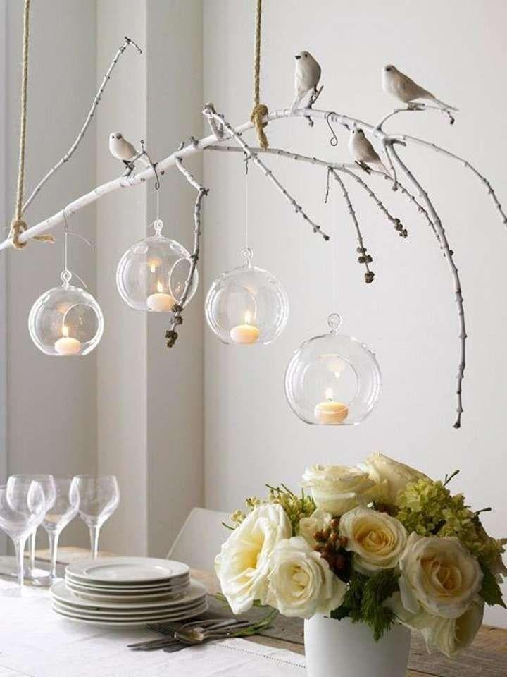 Длинные ветки в прозрачной вазе прекрасно заменят любой другой декор, притягивая к себе взгляды.