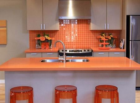Чёрная столешница и фартук для оранжевой кухни столешница валенсия