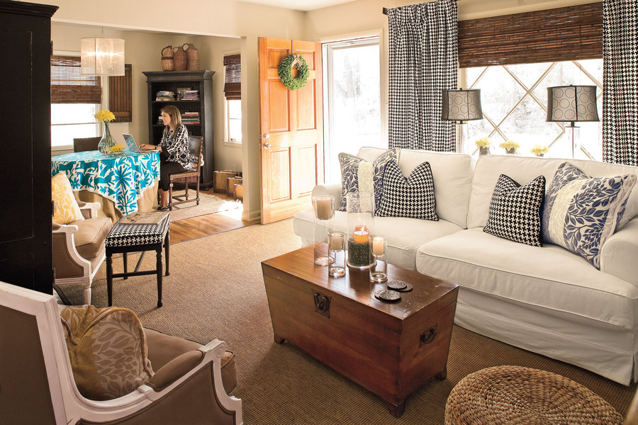 Interiør af stuen i en lille lejlighed. Multifunktionelle møbler til ...